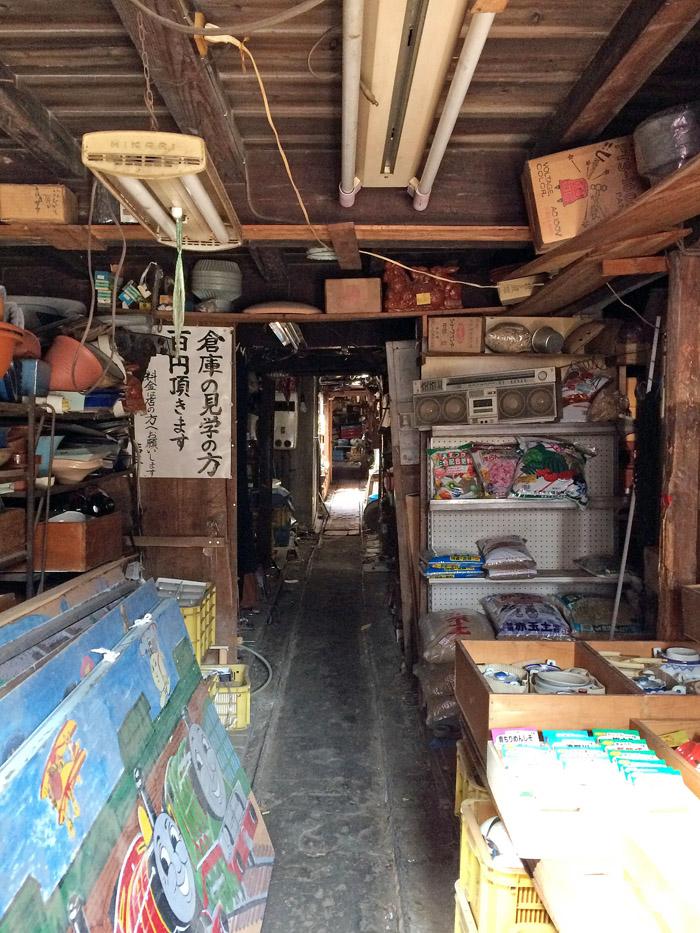 店の入口から蔵の奥までは64メートルもあるそうだ。どこまでも続く細長い通路の左右にはせとものなどが所狭しと置かれていた