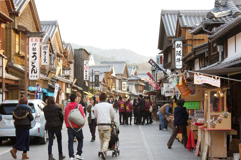 江戸時代の町並みを再現したという「おはらい町」は、レトロな雰囲気