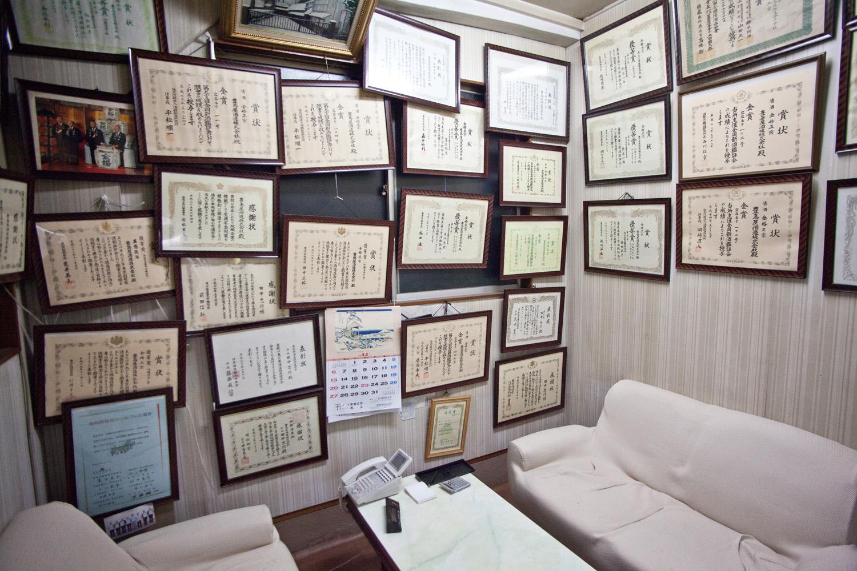 応接間には数多の賞状が所狭しと飾られており、豊島屋の歴史を感じさせます