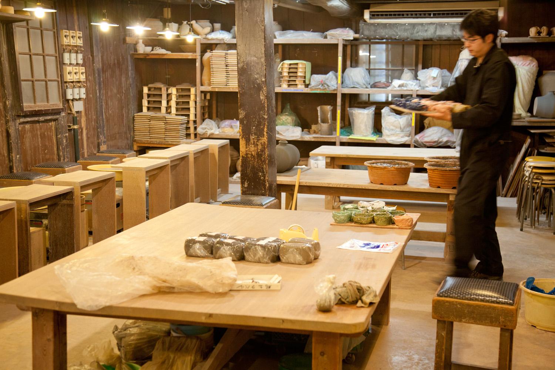 「北陶」工房内の様子。裸電球の優しい光が作陶にしっくりきます