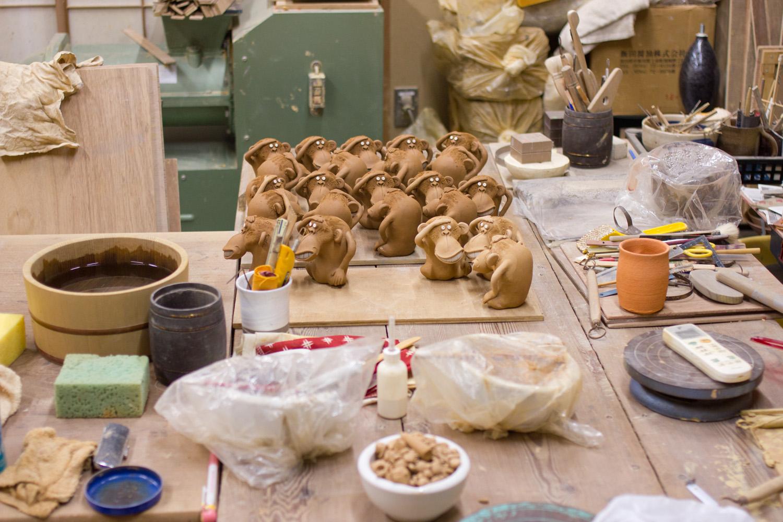 今年、干支シリーズは作っても作っても足りないほどの人気ぶり。「猿は、難が〝さる〟ということで縁起物とされていて。京都御所の鬼門に猿が彫ってあるのも、それが理由のひとつ」