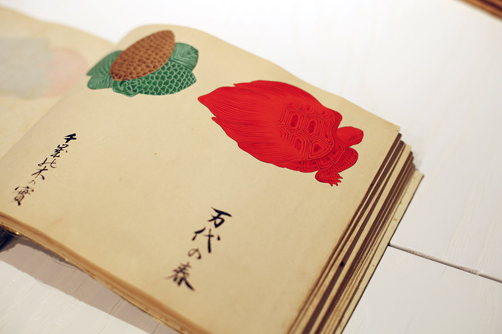 たとえば亀は赤色にデフォルメされています